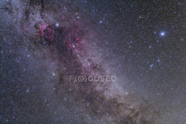 Paisaje estelar con constelaciones Cygnus y Lyra - foto de stock