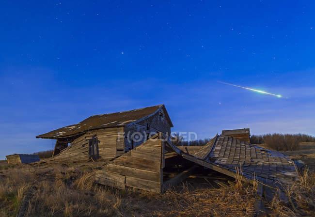 Руїни будівлі з яскравими боліда метеор — стокове фото