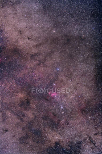 Paisaje estrellado con cúmulo abierto cerca de Zeta Scorpii - foto de stock