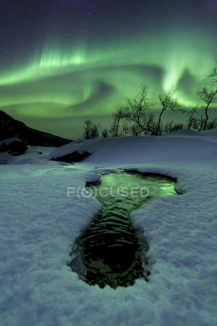 Aurora Borealis over frozen river — Stock Photo