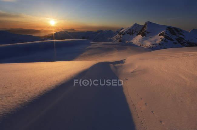 Coucher de soleil sur la montagne Lilletinden — Photo de stock
