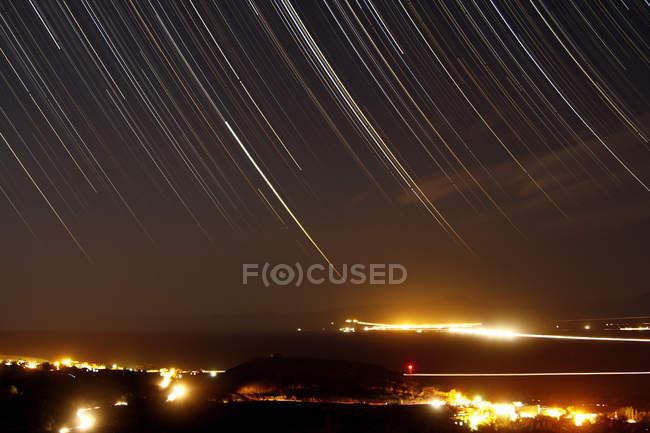Sternspuren über dem Dorf — Stockfoto