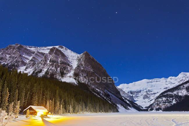 Maison près du lac Louise, dans la nuit — Photo de stock