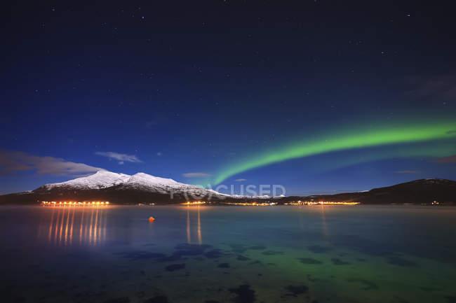 Aurora sobre la montaña Tjeldsundet y Saetertinden - foto de stock
