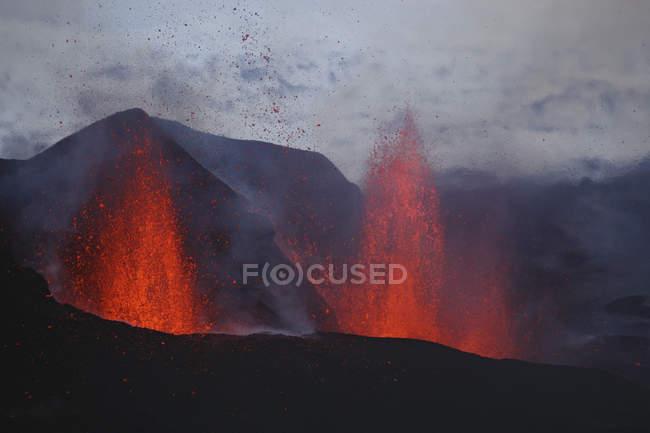 Лави фонтани Fimmvorduhals виверження — стокове фото