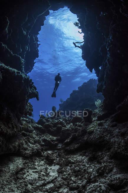 Plongeur à l'entrée de la grotte sous-marine — Photo de stock