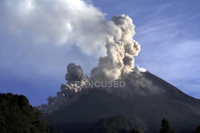 Éruption du Merapi sur l'île de Java — Photo de stock