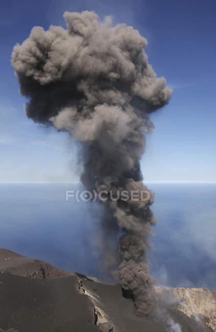 Stromboli попелу виверження — стокове фото