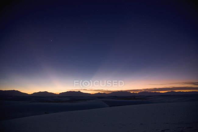 Puesta de sol sobre el Monumento Nacional de las Arenas Blancas - foto de stock