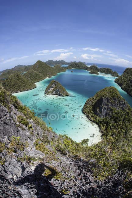 Isole calcaree robuste con laguna — Foto stock