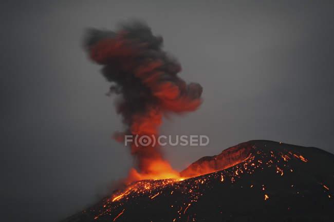Erupção de Krakatoa, no Estreito de Sunda — Fotografia de Stock
