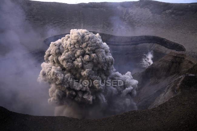 Éruption du Yasur sur l'île de Tanna — Photo de stock