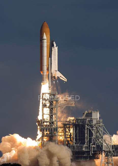 Space Shuttle Atlantis clearing tower — Stock Photo