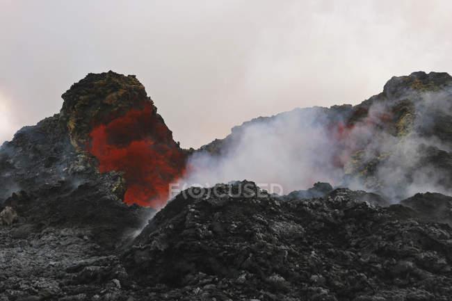 Лава відображення в Puu Oo кратер — стокове фото