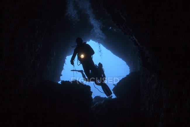 Scuba divers esplorare cave — Foto stock
