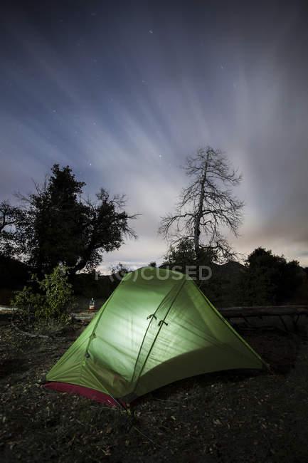 Beleuchteten Zelt unter bewölktem Himmel — Stockfoto