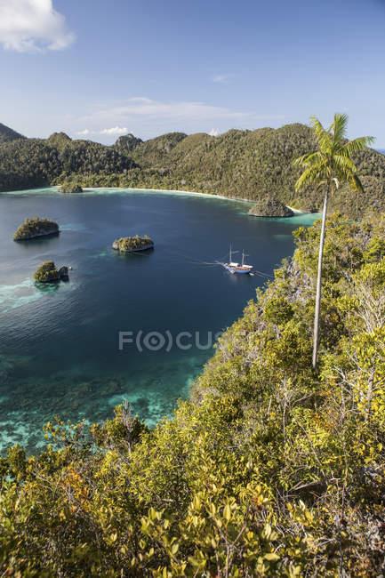 Isole calcaree intorno alla laguna con barca — Foto stock