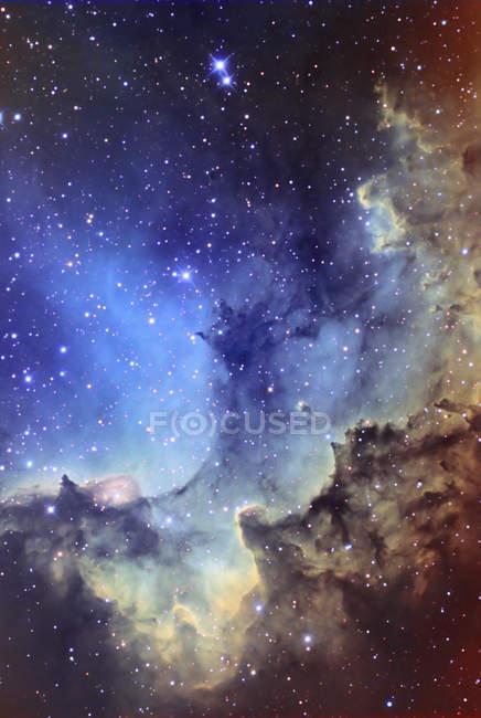 Paisaje con nebulosa de emisión NGC7380 - foto de stock