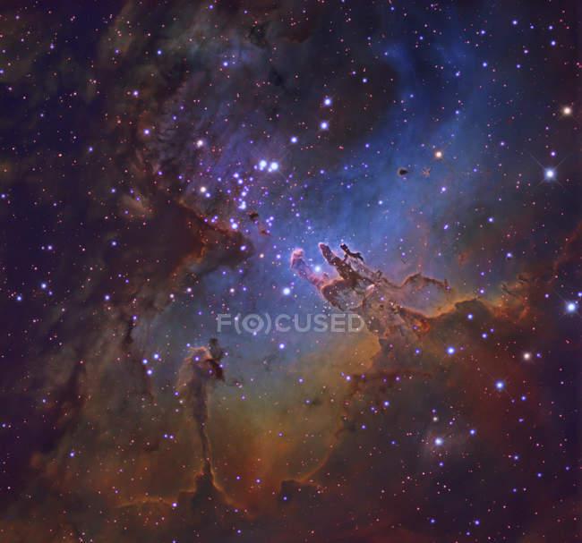 Paisaje estelar con nebulosa águila en Serpens - foto de stock