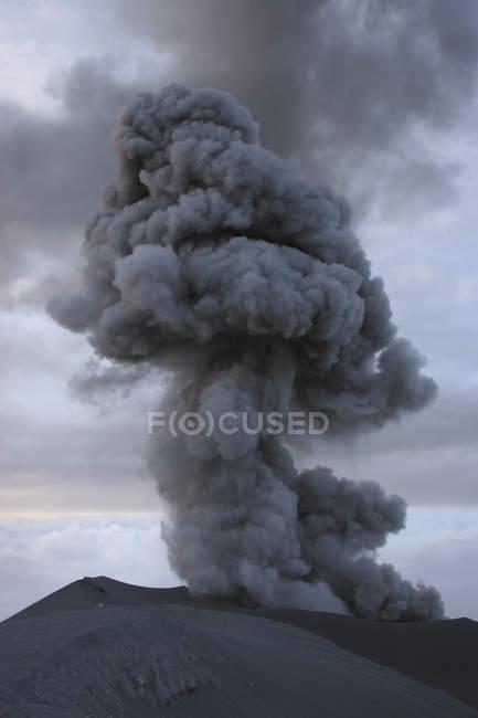 Semeru éruption sur l'île de Java — Photo de stock