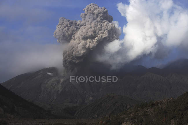 Éruption du volcan Sakurajima — Photo de stock