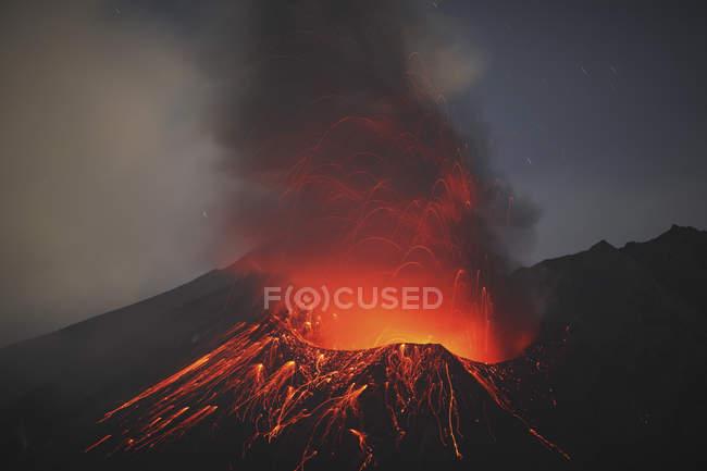 Сакураджіма виверження в Kagoshima — стокове фото