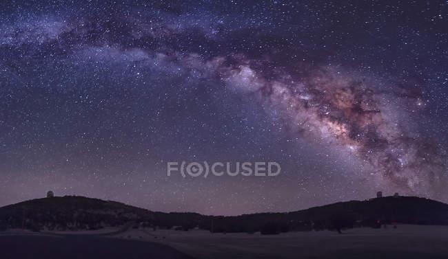 Vía Láctea sobre el Observatorio McDonald - foto de stock