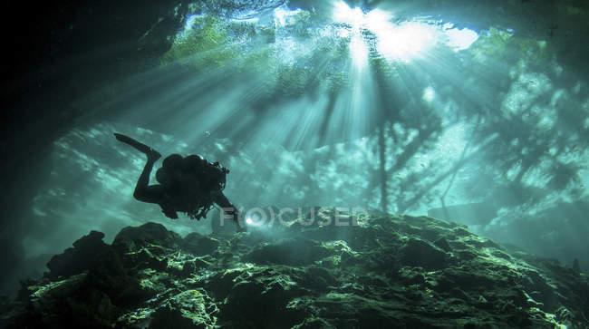 Дайвер, купання в Chac Mool сеноти — стокове фото