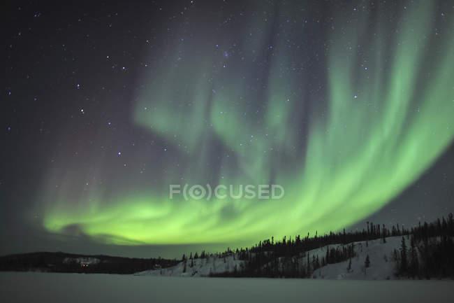 Северное сияние над озером процветания — стоковое фото