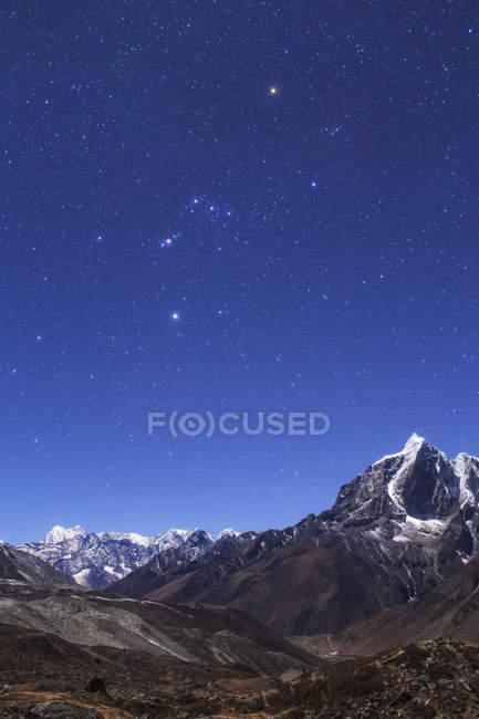 Sternbildes Orion über Landschaft des Himalaya — Stockfoto