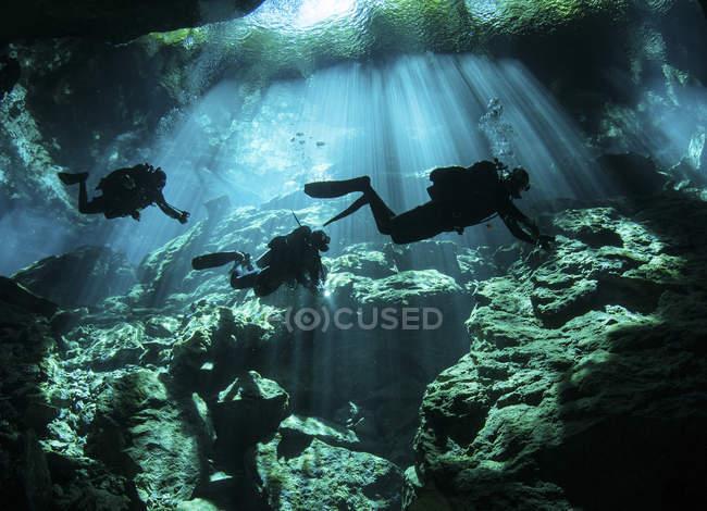 Дайвери в печеру системи — стокове фото