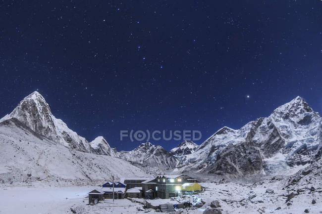 Himalaya und Gorak Shep-Siedlung — Stockfoto