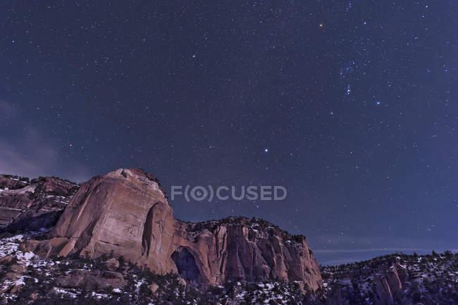Arco de La Ventana con constelación de Orión - foto de stock