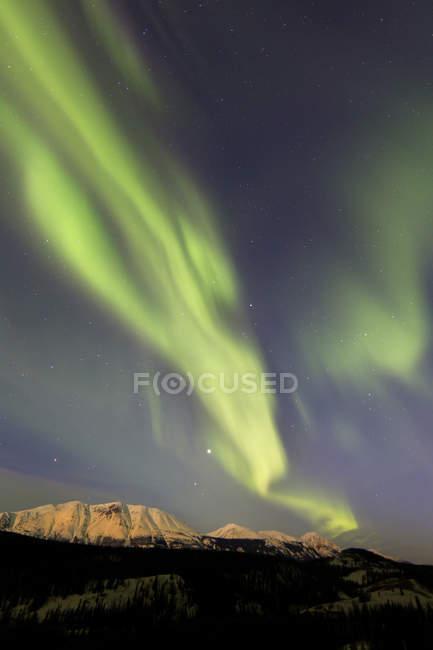 Aurora boreal sobre lago Esmeralda - foto de stock
