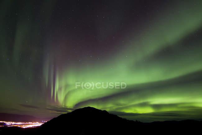 Северное сияние над серые горы — стоковое фото