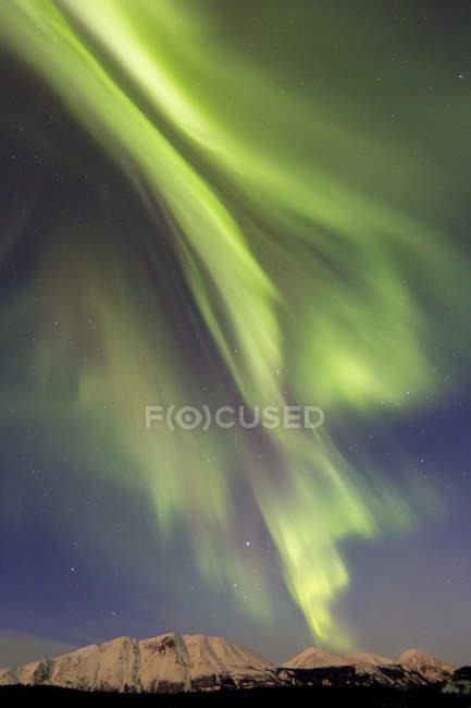 Aurora borealis над Изумрудным озером — стоковое фото