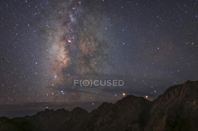 Luz difusa con Vía Láctea - foto de stock