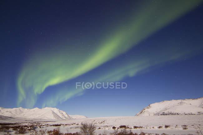 Aurora borealis над горами Огильви — стоковое фото