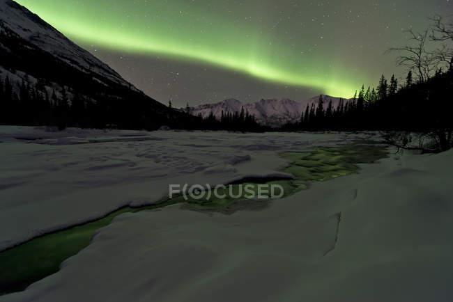 Aurora borealis over mountains — Stock Photo