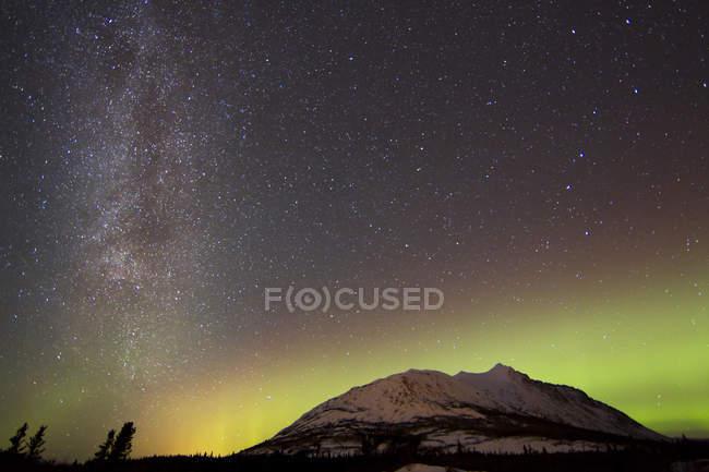 Aurora borealis e Via Lattea — Foto stock