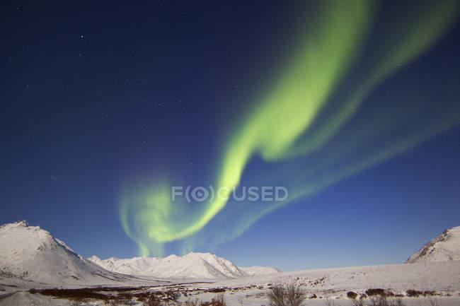 Aurora boreal sobre las montañas Ogilvie - foto de stock