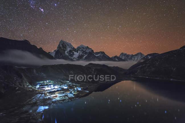 Sternennacht in Gokyo Sherpa-Dorf — Stockfoto