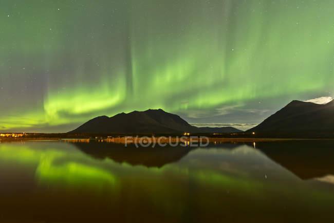Aurora Borealis über Berge — Stockfoto