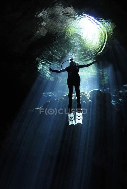 Печері дайвер за зростанням до світла — стокове фото