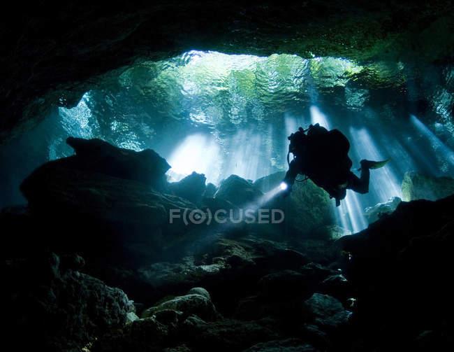 Plongeur entrant dans la caverne Taj mahal — Photo de stock