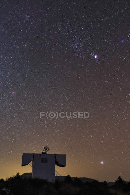 Constellations Orion and Sirius over observatory — Stock Photo