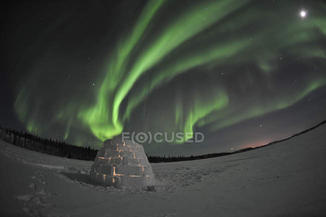 Aurora borealis over igloo on Walsh Lake — Stock Photo