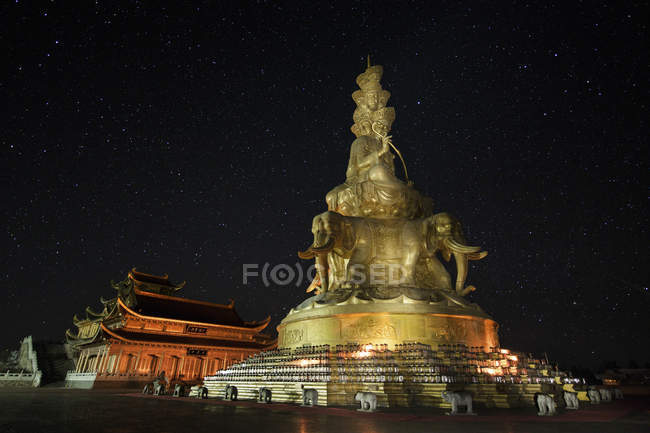 Temple and statue on Mount Emei — Stock Photo