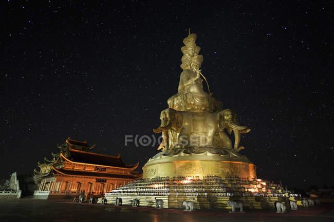 Templo y estatua en el Monte Emei - foto de stock
