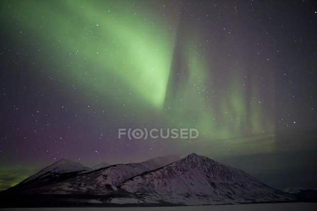 Aurora borealis over mountain range — Stock Photo